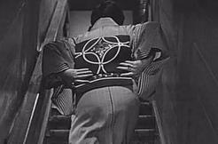 女人步上楼梯时