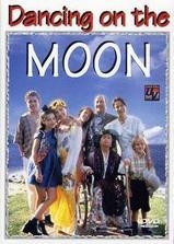 在月亮上跳舞海报