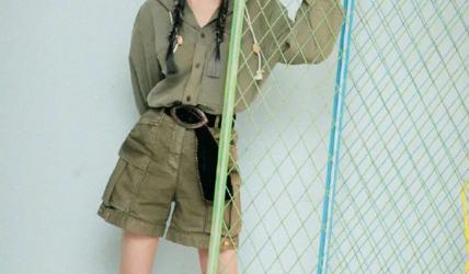 杨幂绿色连体工装裤大秀长腿!雪肤娇嫩俏丽多姿