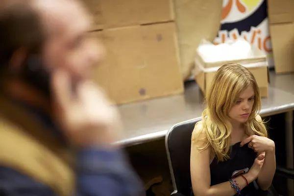 利用电话诈骗的美国电影,目标是一个收银员工作的年轻女孩!